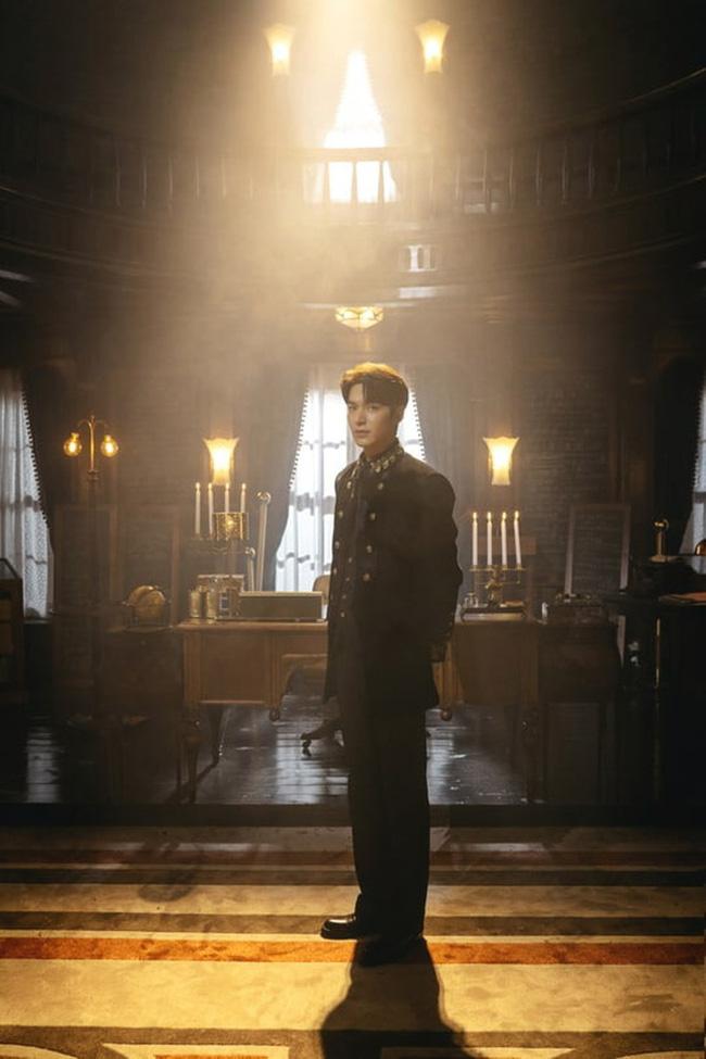 Teaser hình ảnh tạo hình Hoàng đế của Lee Min Ho được tung ra trước đó.