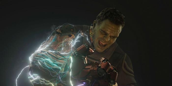 Hulk hy sinh cánh tay phải để đảo ngược cú búng của Thanos.