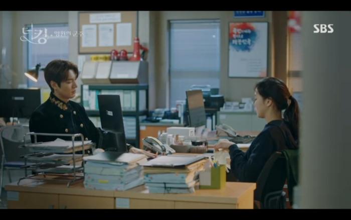 Anh chàng bị đưa về đồn cảnh sát và gặp Jo Young phiên bản ở thế giới song song.