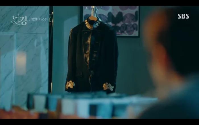 Lee Gon phải dựa vào Tae Eul mới sống tiếp ở thế giới song song được.