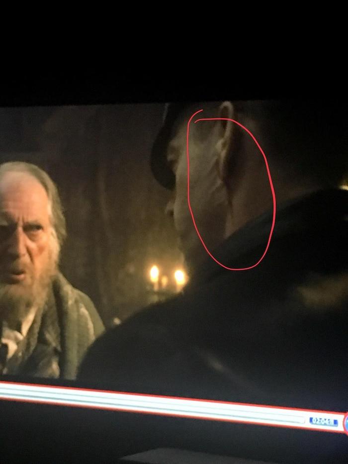 Phần mép mặt nạ của Red Skull bị lộ trong một cảnh lướt qua khá nhanh.