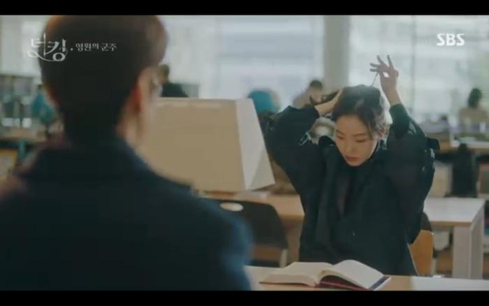Quân vương bất diệt tập 4: Kim Go Eun 'sốc tận óc' vì nhảy sang thế giới song song của Lee Min Ho? 12