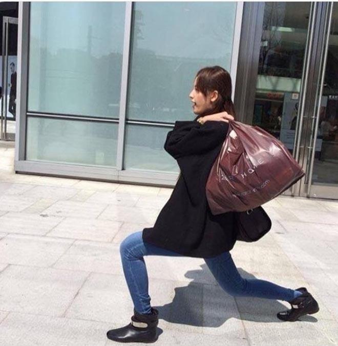 Trong một lần đi mua sắm, cô chủ động tạo dáng hài hước và nhờ bạn bè chụp hình lại.