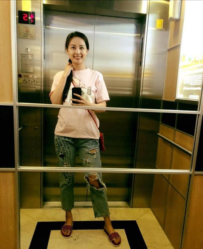 Mỹ nhân Hà thành rất chăm chụp ảnh 'tự sướng' mọi lúc, mọi nơi và cả khi ăn mặc rất xuề xòa.