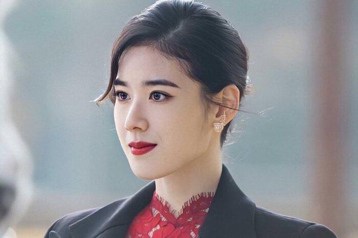 Thiệt thòi như Kim Go Eun, vào vai nữ chính nhưng toàn bị đem ra so sánh với nữ phụ 6