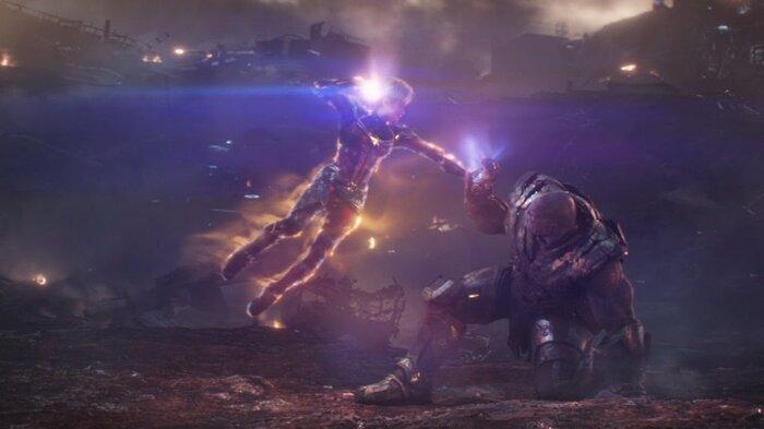 Captain Marvel đối đầu với Thanos.