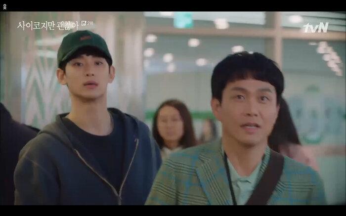 Sang Tae được em trai đưa đến buổi kí tặng của Moon Young.