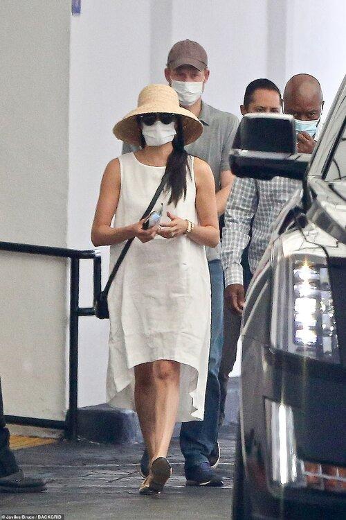 Meghan Markle xuống phố cùng chồng trong trang phục giản dị như bao người với váy trắng linen hiệu bình dân, mũ cói, giày bít mũi