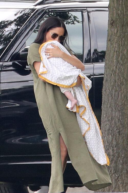 Meghan Markle từng xuất hiện vào thời gian này năm ngoái cũng trong kiểu váy linen màu xanh Olive bế theo cậu con trai Archie đến giải King Power Royal Charity Polo