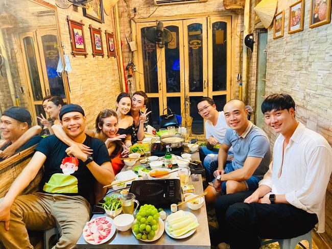 Bức ảnh đạo diễn Bùi Tiến Huy, D.O.P Vũ Trung Kiên tụ tập ăn lẩu cùng các diễn viên 'Tình yêu và tham vọng' ở miền Bắc.