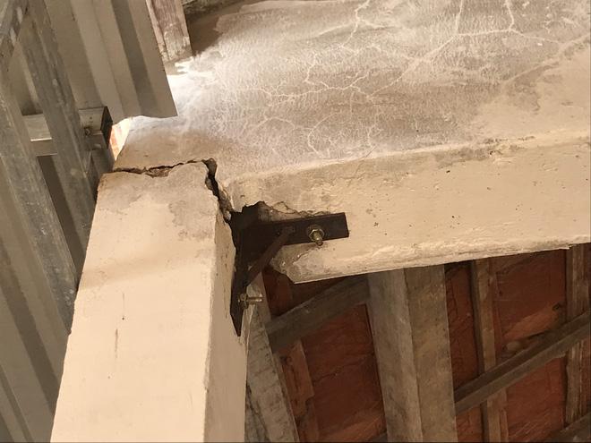 Cột nhà và giằng mái bị nứt phải dùng vít và sắt để chằng chéo cho khỏi sập.