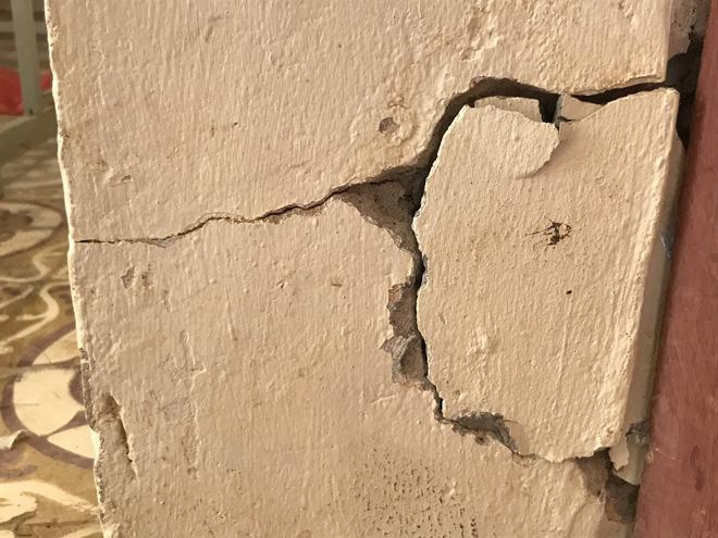 Cột tường nhà nứt toác.
