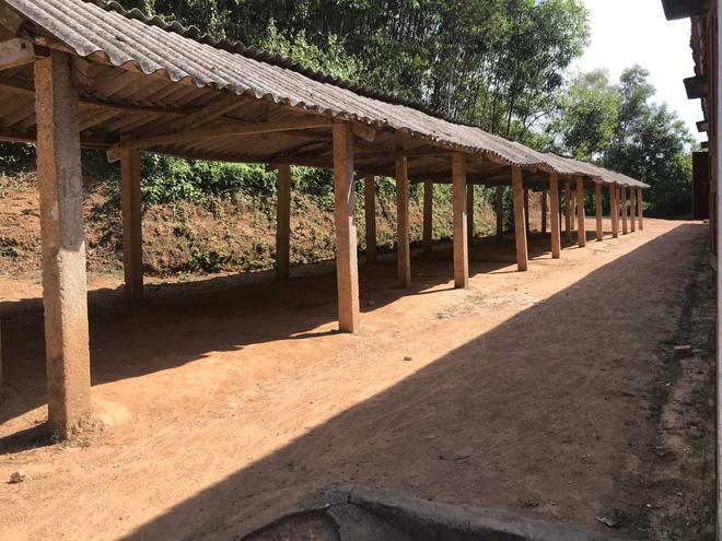 Nhà để xe của học sinh chỉ có những cây cột và tấm ngói proximang.