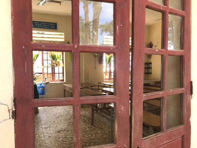 Những ô cửa kính theo thời gian cũng vỡ gần hết.