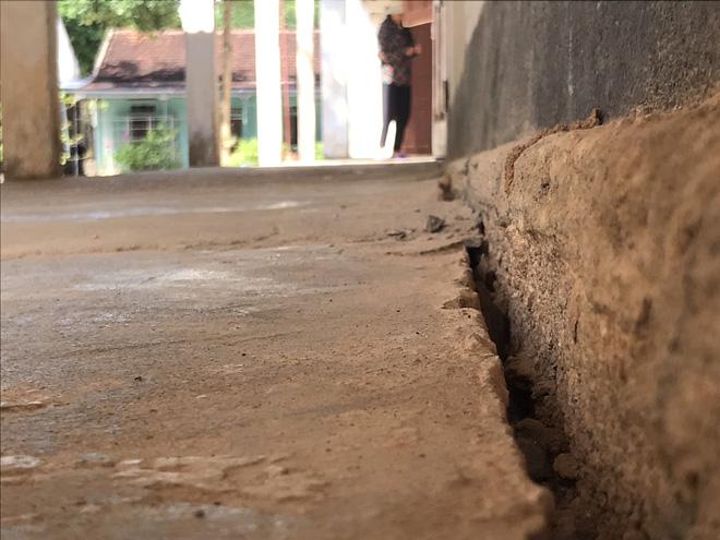 Những vết nứt giữa tường và nền nhà ngày càng lớn.