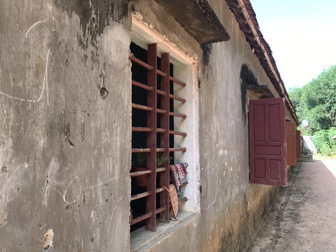 Nhiều cửa sổ không còn cánh cửa.