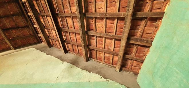 Những thanh gỗ trên mái nhà cũng bị mối mọt ăn gần hết.