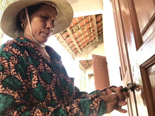 Bà Lê Thị Doanh (bảo vệ trường) cho biết, sợ nhất là những ngày mưa bão, chỉ sợ gió cuốn sập trường thì nguy hiểm.