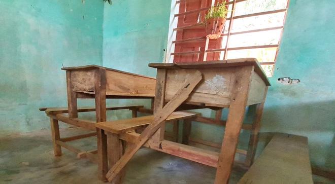 Nhiều chiếc bàn học bị gãy được gia cố lại bằng những thanh nẹp.