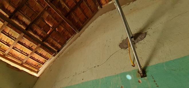 Trên đóc mái nhà cũng xuất hiện những vết nứt lớn.