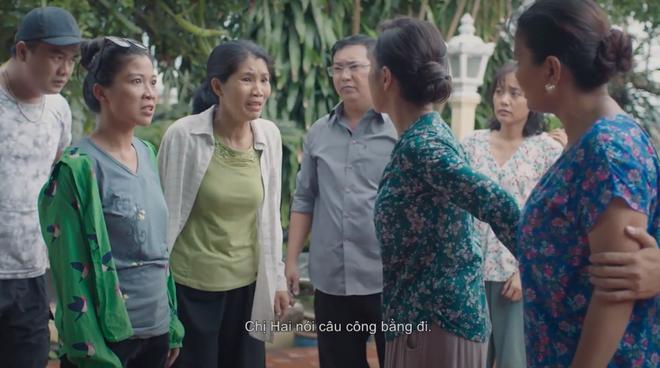 Diễn viên Bích Hồng (áo xanh, thứ 3 từ trái sang)