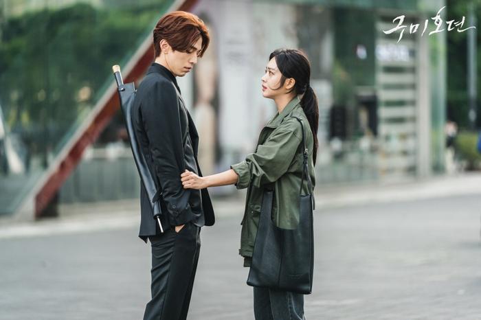 Lee Dong Wook khoe ngực, chụp ảnh 'ướt át' với Jo Bo Ah trong bồn tắm 0