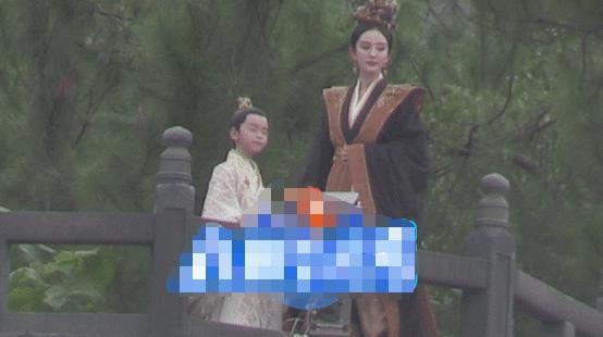 Hình ảnh Dương Mịch đứng cùng bé Trần Thiên Vũ vừa được tung ra.