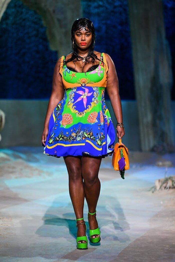 Nàng mẫu da màu Precious Lee với thân hình 'đồ sộ' vẫn tự tin diện váy ngắn mini - skirt trên sàn catwalk