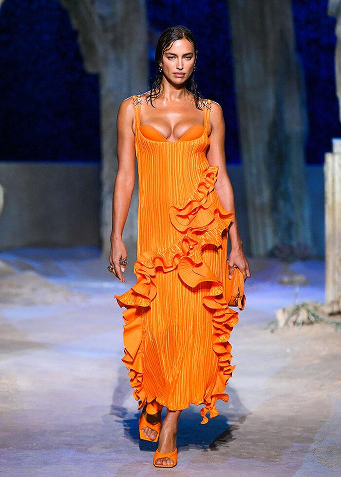 Chân dài Bạch Dương diện những thiết kế váy đầy màu sắc 'o ép' vòng 1 căng đầy của mình