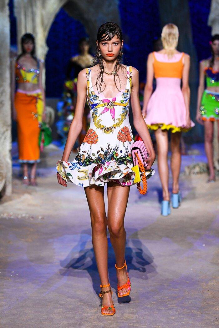 Loạt người mẫu 'quá khổ' sải bước đầy tự tin tại show Versace Xuân/Hè 2021 7