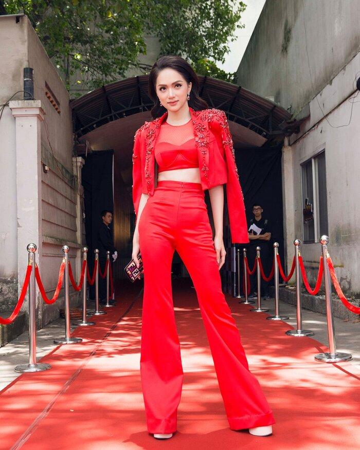 Những bộ vest gợi cảm theo cấp số nhân của Hương Giang, đẳng cấp hoa hậu số 1 Vbiz! 2