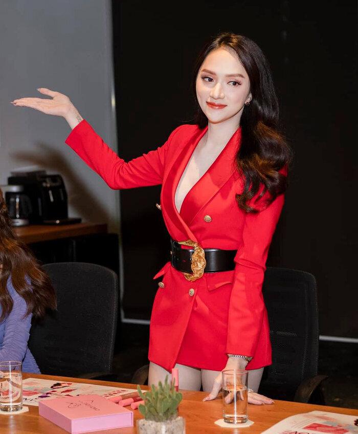 Những bộ vest gợi cảm theo cấp số nhân của Hương Giang, đẳng cấp hoa hậu số 1 Vbiz! 9