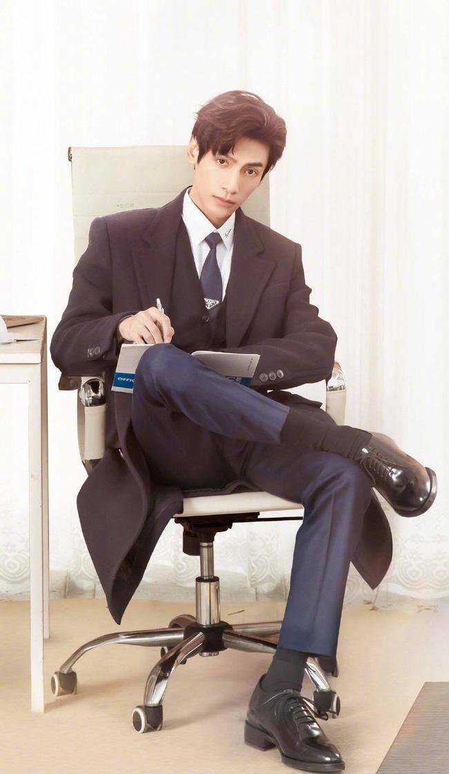 'Nửa là đường mật nửa là đau thương': La Vân Hi đẹp mê mẩn khi làm CEO, netizen quên mất vừa chê nam diễn viên lùn 3