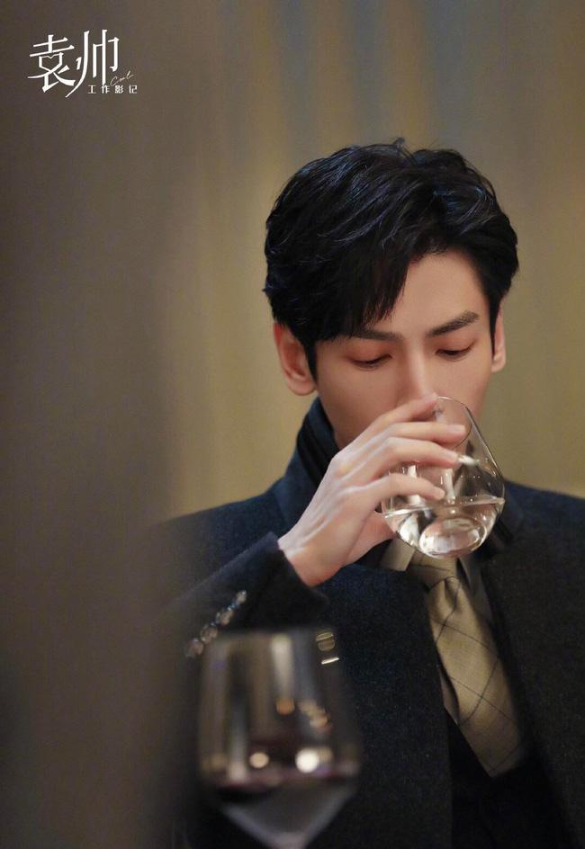 'Nửa là đường mật nửa là đau thương': La Vân Hi đẹp mê mẩn khi làm CEO, netizen quên mất vừa chê nam diễn viên lùn 5