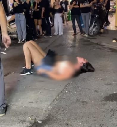 Người phụ nữ lột đồ, nằm lăn ra đất khóc lóc ăn vạ sau khi bị nhân viên quán bar nổi tiếng ở Hà Nội khênh ra ngoài: 'Trả chị 110 nghìn rồi chị về' 0