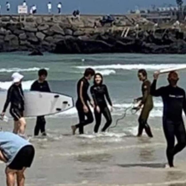Ji Chang Wook gây sốc khi ôm ấp mỹ nhân Kim Ji Won trên biển, màn cởi áo khoe lưng trần khiến fan không thể rời mắt 0