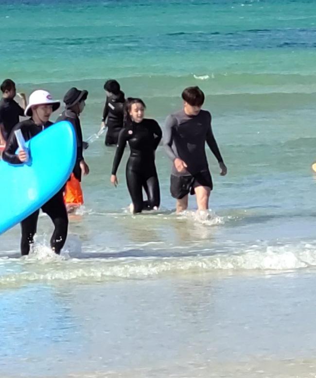 Ji Chang Wook gây sốc khi ôm ấp mỹ nhân Kim Ji Won trên biển, màn cởi áo khoe lưng trần khiến fan không thể rời mắt 1