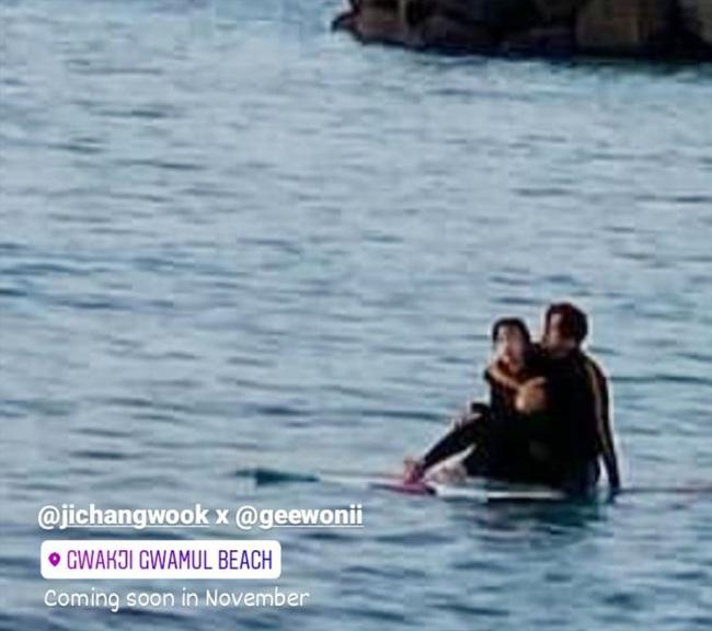 Nam diễn viên còn ôm Kim Ji Won ngay trên biển.