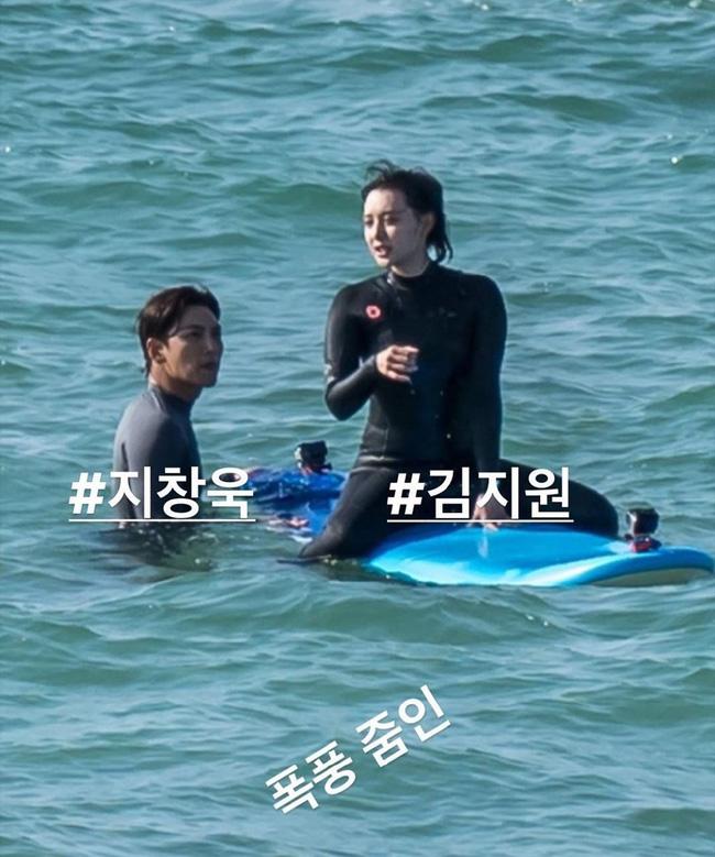 Ji Chang Wook vịn tấm ván cho Kim Ji Won giữ thăng bằng trên ván.