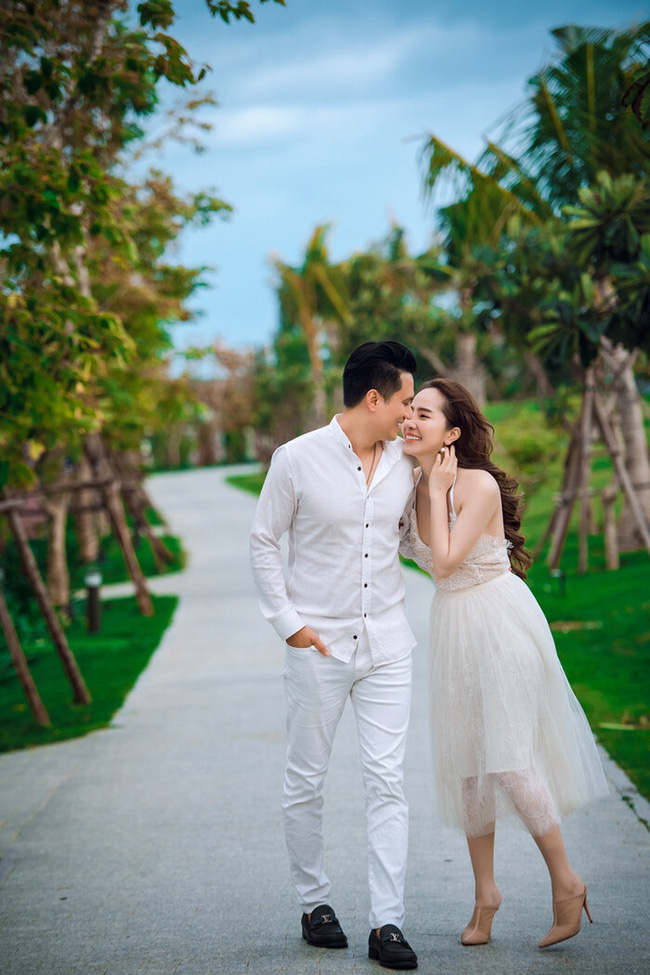 Trước khi rộ tin hẹn hò, Việt Anh - Quỳnh Nga từng hôn nhau cuồng nhiệt, khán giả thót tim với góc quay và chiếc váy quá hở của nữ chính 0