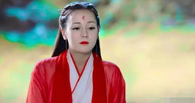Địch Lệ Nhiệt Ba cũng từng diện bộ trang phục na ná với Lee Dong Wook trong Tam sinh tam thế Chẩm thượng thư.