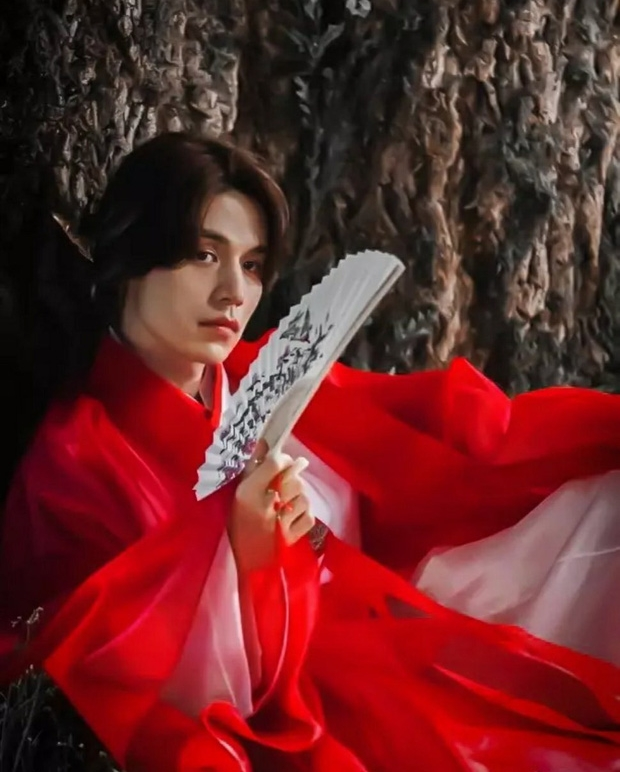 Tạo hình cổ trang của Lee Dong Wook với trang phục màu đỏ trong Bạn trai tôi là hồ ly bị tố đạo nhái.