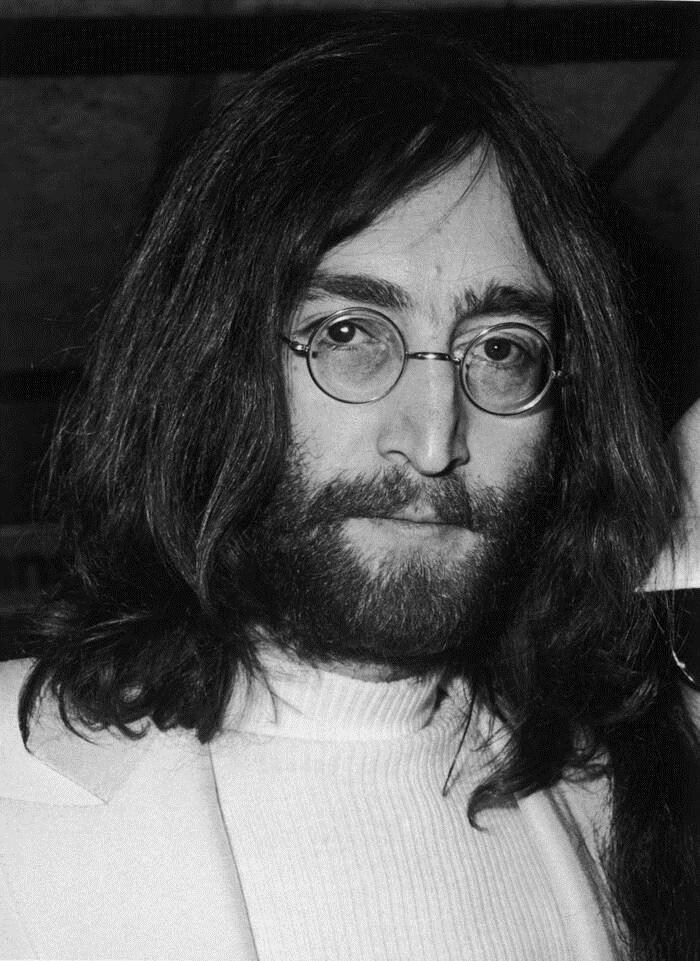 John Lennon mãi mãi ra đi ở tuổi 40 khi bị chính fan hâm mộ ám sát.