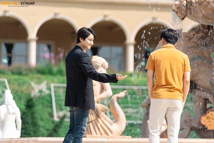 Tại đài phun nước, Yi Yang đã đưa đồng xu cho một chàng thanh niên.