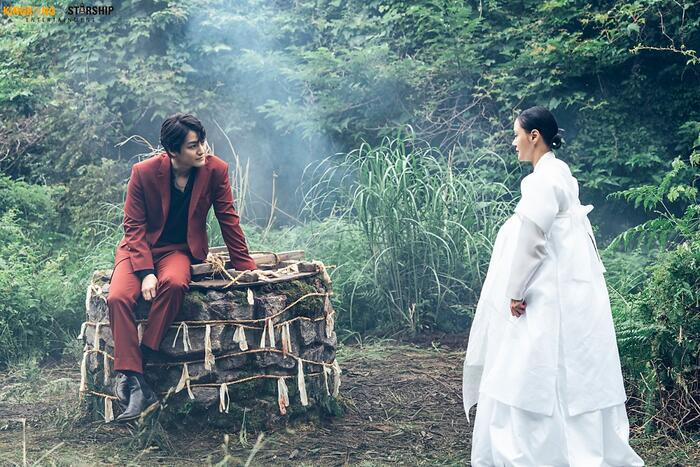 Yi Rang xuất hiện ma mị trong làn sương mờ ảo.
