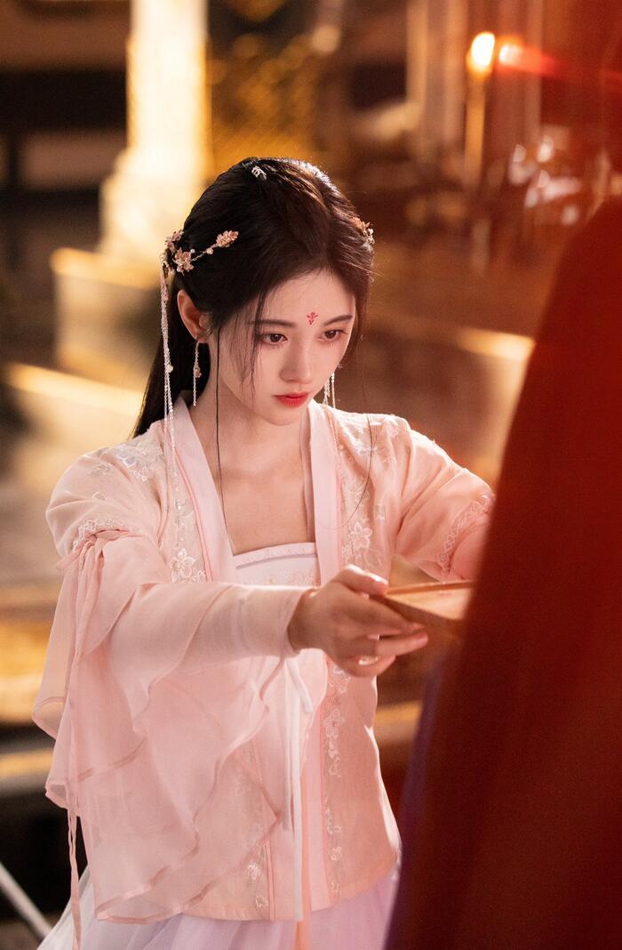 Tiếp bước đàn chị Angelababy, Hứa Giai Kỳ (The9) trừng mắt khi đóng phim 'Như ý phương phi' 7