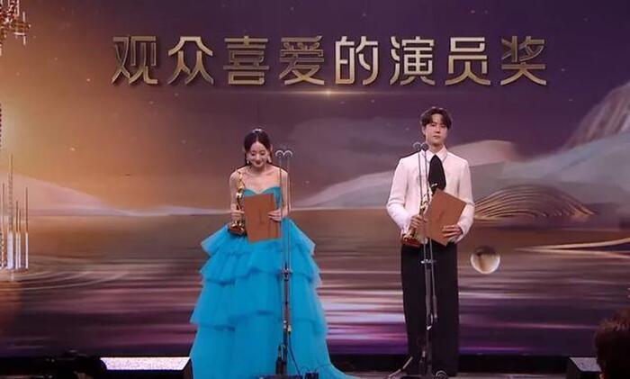 Phản ứng của minh tinh Hoa Ngữ khi giành được giải thưởng: Vương Nhất Bác căng thẳng, Địch Lệ Nhiệt Ba xúc động 4