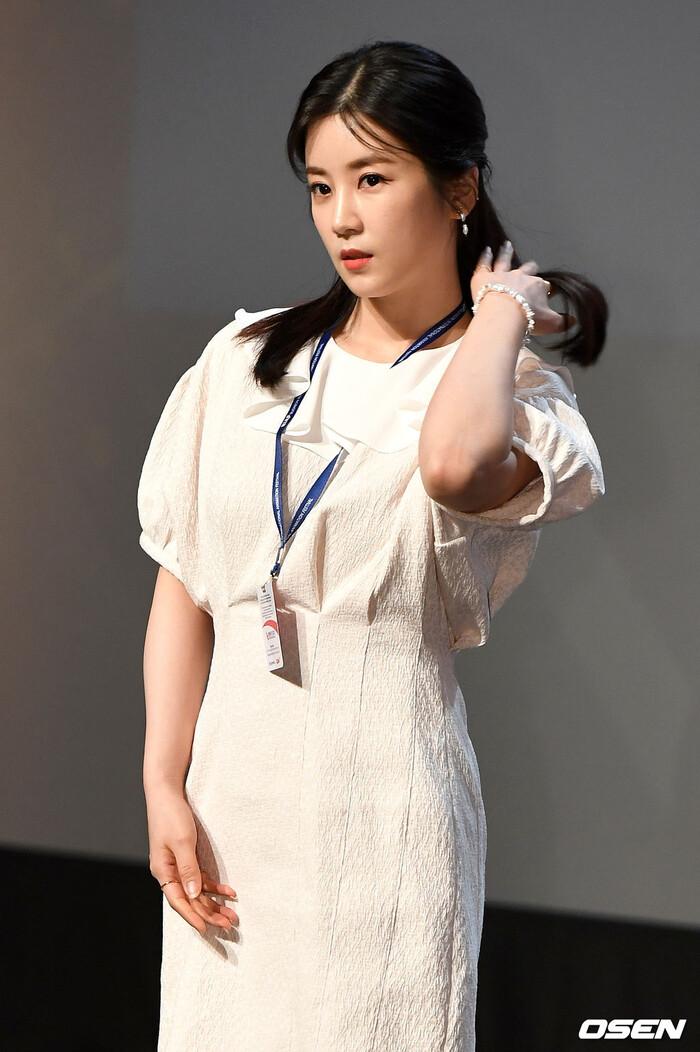 Goo Hye Sun rạng rỡ sau ly hôn, đọ sắc loạt sao Hàn trên thảm đỏ 'LHP Bucheon 2020' 15