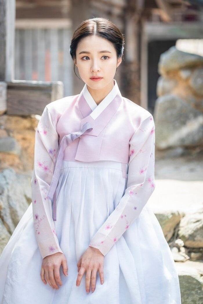 Phim của Dương Mịch - Địch Lệ Nhiệt Ba bị tố ăn cắp, 'hạ bệ' trang phục truyền thống Hàn Quốc 3