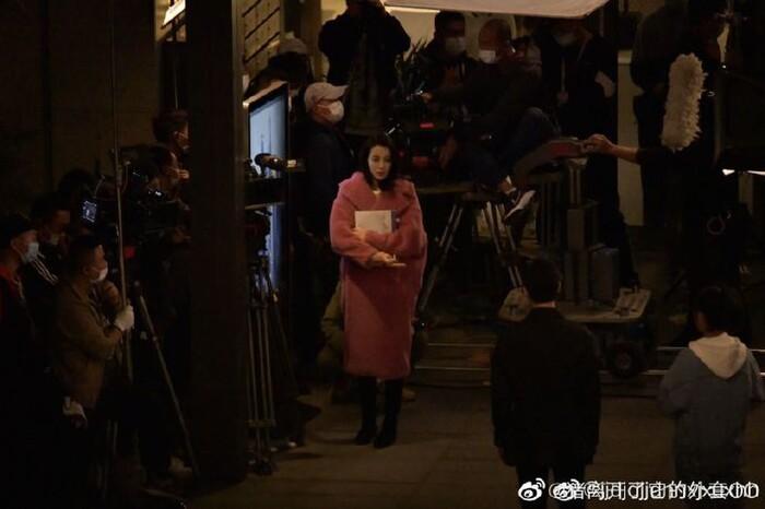 Địch Lệ Nhiệt Ba ngoài đời có đẹp như trên màn ảnh nhỏ trong loạt ảnh hậu trường? 1